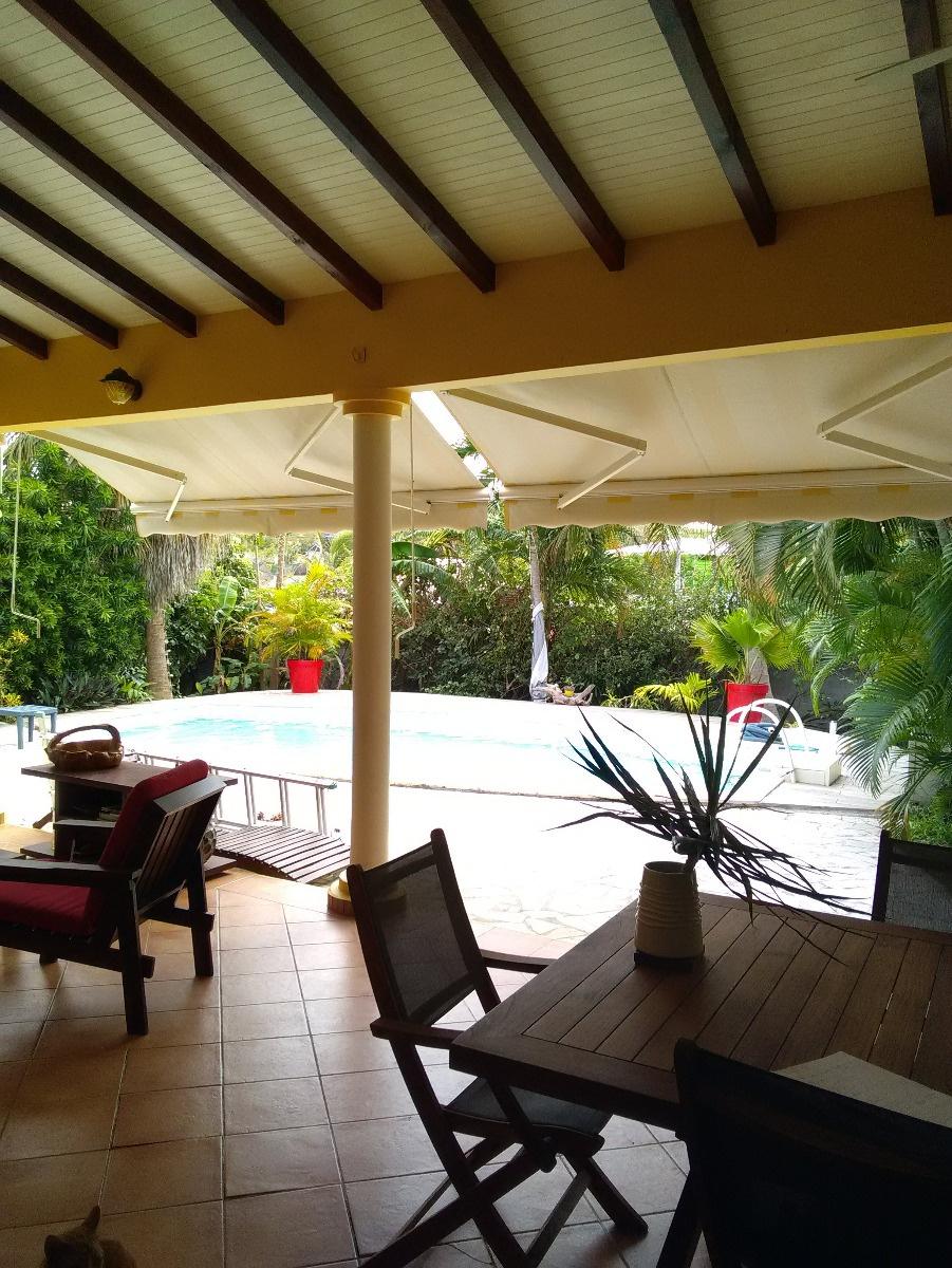 terrasse donnant sur jardin et piscine